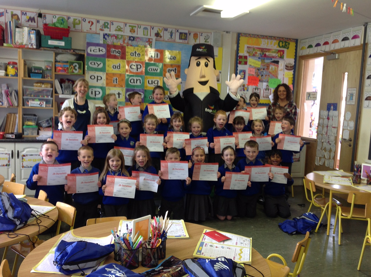 Ted and Sinead Gilsenan from Top Oil with Senior infants in Crubany N.S. group